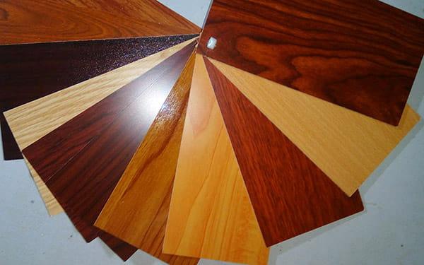 Vân gỗ trên cửa thép giả gỗ được tạo như thế nào?