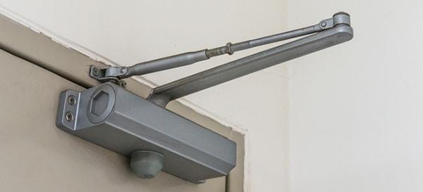Tại sao nên sử dụng tay co thủy lực trên cửa thép chống cháy?